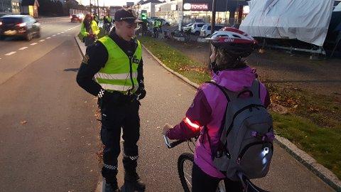 TATT: Politibetjent Vegard Aasnes gir pålegg og råd om bruk av lys på sykkel.
