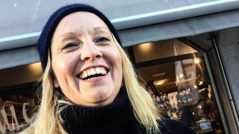 """VI ER GLADE: Camilla Larsen mener folk er så glade i jula at den """"gale"""" teksten passer fint på """"O jul med din glede""""."""