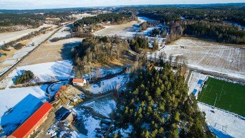 Strand gård ligger i den foreslåtte traseen for jernbanen fra Haug i  Råde til Seut. Fylkesrådet i Viken vil ikke godta dagens traséforslag gjennom tunet. Gårdsmiljøet skal bevares.