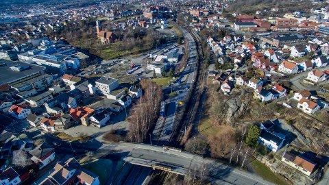 Dobbeltspor og ny stasjon vil kreve plass i området mellom Glemmen kirke og Glemmen videregående. Kolbjørn Gullvikmo skriver at dette for noen kan være eneste løsning for å få solgt et hus som ikke lenger er tidsmessig.