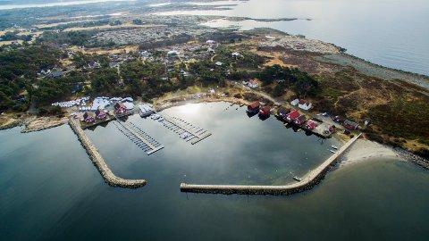 Brattestø: Moloarmen på høyre side  har tidligere blitt brukt  til båtfortøyning, noe det nå  blir slutt på. Til venstre ligger  anlegget til Brattestø Havn og Båtervice (Helgesen), som det er snakk om å utvide.