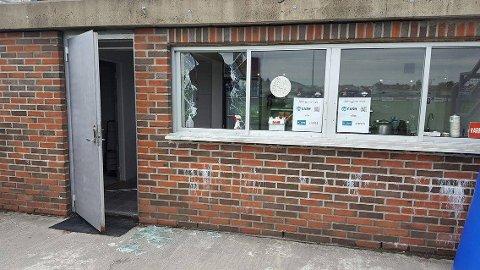 Ubudne gjester hadde gjort tyveri og herværk på den ene kiosken til Torp IF natt til lørdag.