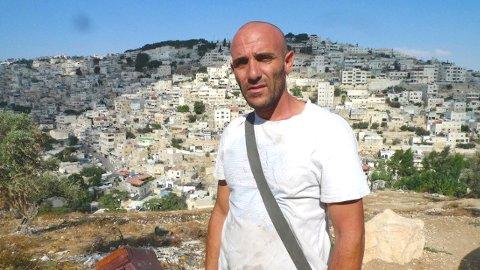 Filmens hovedperson, den palestinske bonden Khaled foran sitt landområde som trues av bosetting fra israelittene.