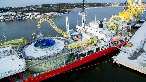Får økt dybde: Nå blir det lettere å ta imot større skip, som Nexans Skagerrak på bildet, som omlastet kabel på Øra-kaia i 2016. (Arkivfoto: Erik Hagen)