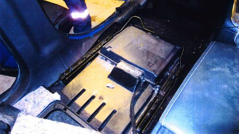 Spesialrom: Smuglerne hadde gjemt narkotika i spesialrom i bilens gulv. Narkotikkaen hadde en verdi på rundt  30 millioner kroner.
