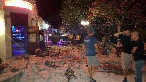 En mann ligger på bakken etter at et jordskjelv traff øya Kos i Hellas.
