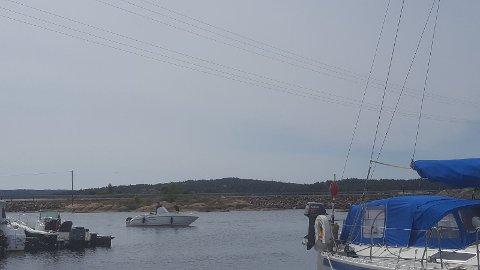 Norgesnett var på Stokken tirsdag og tok dette bildet. Her ses strømledningen i lufta. Marinaen på Stokken blir til venstre i bildet, og Fastlandsveien ses rett på.