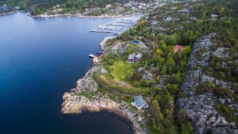 Jacob B. Stolt-Nielsen kjøpte Slevik Batteri for 48 millioner i fjor sommer. Nå ønsker han å rive to av hyttene på tomten.