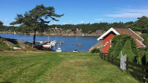 TAR TAK: Kommunen mener det skal være tydelig at allmennheten har rett til å bade på denne stranden ved Enhuskilen.