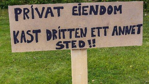 Dette oppslaget står på plenen foran huset til Marius Kåresen