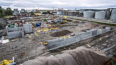 Blir verdens største landbaserte lakseoppdrettsanlegg: Arbeidene er i gang igjen på Øra. I første omgang skal Fredrikstad Seafoods bygge to oppdrettstanker og et slakteri. (Foto: Geir A. Carlsson)