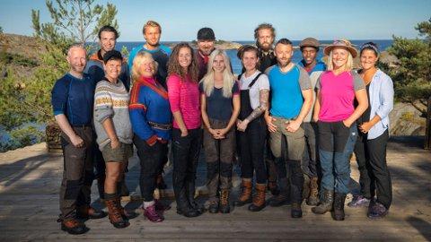 DELTAGERNE: Her er alle deltagerne til årets Farmen. Camilla Cox Barfot står foran som nummer seks fra venstre.