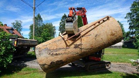 Må byttes ut: Slik kan det se ut når en gammel oljetank fjernes.