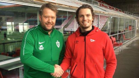 SHAKE HANDS: Selbaks Atle Engsmyr (til venstre) og FFKs Joacim Heier kunne shake hands etter at avtalen var underskrevet.