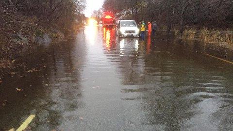 """Ved 15.45-tiden er det en bil som har blitt """"fanget"""" da den prøvde å passere vannmassene."""