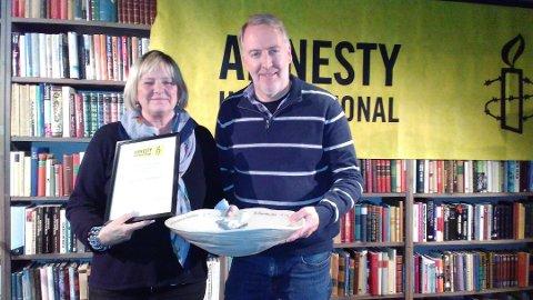 Siste vinner. I fjor fikk Inger Fjeldbraaten overakt den lokale Amnesty-foreningens fredspris av Morten Haga.