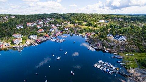 I Bølingshavn er det virkelig idyllisk med hvitmalte hus og røde sjøbuer. Stedet har 22 fastboende.  Eiendommen hvor det er uenighet om boplikt, ligger imidlertid litt bak havneområdet.