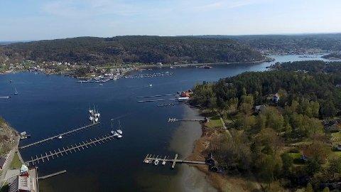 Fredrikstad kommune inviterer til åpent møte for at lokalbefolkningen skal få oversikt over planene for dette området. I forgrunnen Hankø, og lenger bak Vikane og Furuøy med Hankø Marina.