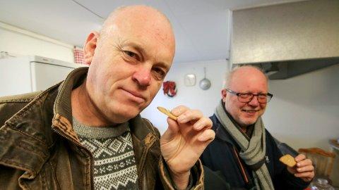 God snipp: Både Tom Lauritsen (nærmest) og Tor Ulsnæs fikk smake på prostesnippene etter god jobb i borggården.