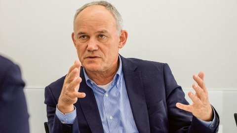 DØDSTØTET: Strategisjef Michael Jost i VW anslår at den siste bilen med forbrenningsmotor bak VW-logoen i grillen blir solgt en gang rundt 2040. Foto: inside.volkswagen.com