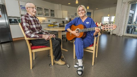 Spiller gjerne: – Er det noe rart jeg blir glad i de gamle? spør Synnøve Gellein (74) og synger mer enn gjerne for Leif Edward Hansen (94). Hun forteller det nå begynner det å flytte inn beboere som er på hennes egen alder.