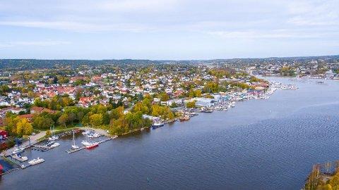 Mellom båthavna og fergeleiet planlegges det nye boligprosjektet Bruket Brygge.