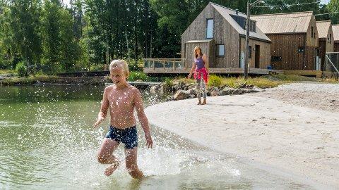 Sebastian Hegg Ulleland (10) og Randi Ulleland trivdes godt på den nye stranden.