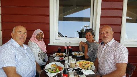 Her spiser Ulf Berg og Leila Muhammad middag på restaurant med ordfører i Leck, Andreas Deidert og hans kone.