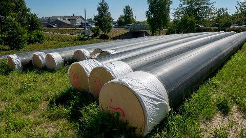 RINGLEDNING: Mangel på lagerplass har gjort at Vann- og avløpsavdelingen i kommunen har lagt rørene til ringledningen langs veien.