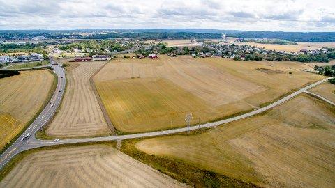 Foreslått droppet: I 2011 fikk Fredrikstad kommune lov til å bruke matjord på Årum til næringstomt,  men utbyggingen skulle først skje etter 2023. Nå ser planene ut til å bli lagt bort for godt. (Foto: Erik Hagen)