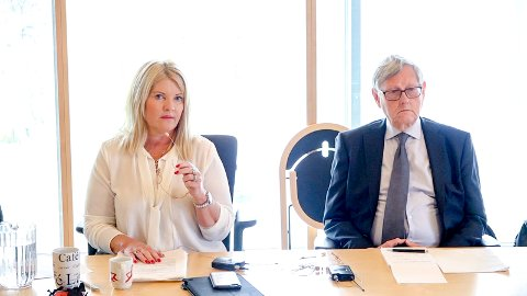 FÅR SKRYT:  Dersom kommunen ikke har rutiner som sikrer ettervern av varslere, må det på plass, mener kontrollutvalgsleder Rita Holberg. Her sammen med setterådmann Nils Holm da granskningen fra teknisk drift ble presentert.