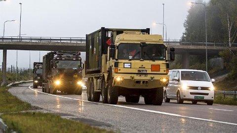 Tunge kjøretøy: Militærkolonnene kan føre til kø mellom Fredrikstad og Rygge lørdag. Kjøretøyene skal videre til Rena og Åndalsnes.