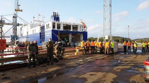 «Ark Germania», et nesten 200 meter langt RO-RO-skip, dro fra tyske Emden onsdag kveld og har som det første i øvelsen «Trident Juncture» lagt til kai på Øra fredag morgen. Foto: Geir A. Carlsson