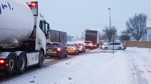 Det har snødd tett i hele fylket de siste dagene. Det preger trafikkbildet mandag morgen.