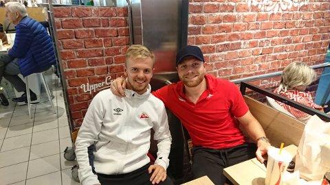 FEIRET: Stian Stray Molde (til venstre) og Henrik Kjelsrud Johansen feiret triumfen på Værnes etter kampslutt,