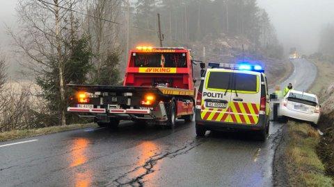Såpeglatt: Sjåføren fryktet for hva som kunne skje da en bil kom vinglende mot henne på Veumveien. Hun valgte derfor å kjøre ut av veien.