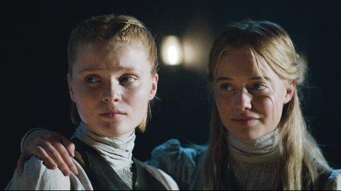 NORSKE SKUESPILLERE: Mina Fuglesteg Dale (til høyre) og Ines Asserson i rollene som vampyrene Fanny og Inger.  De utgjør to av fem norske skuespillere i tv-serien.