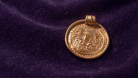 DYKTIG GULLSMED: Gullsmeden som lagde dette hengesmykket, bodde etter all sannsynlighet i Østfold. Smykket er særdeles forseggjort og befinner seg nå på Kulturhistorisk museum i Oslo.