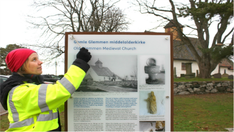 Stor jobb. Arkeolog Jone Kile-Vesik monterer nytt informasjonsskilt ved Gamle Glemmen kirke i Fredrikstad
