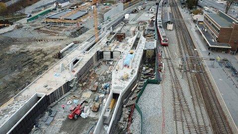 Jobbes på spreng: Follobanen skulle åpnes i 2021, men er blitt utsatt med ett år. Her fra arbeidet ved Ski stasjon i november i fjor.