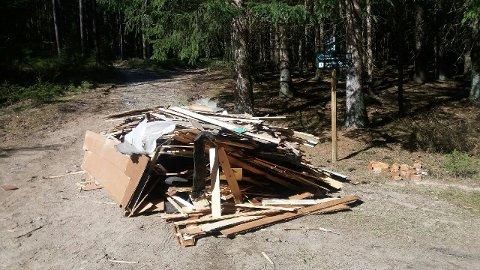 Forsøpling: Her, midt på en merket tursti, har noen sluppet av et stort lass med planker og papp.