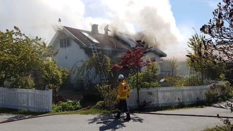 Det brenner kraftig i boligen i enden av Øyenkilveien onsdag ettermiddag.