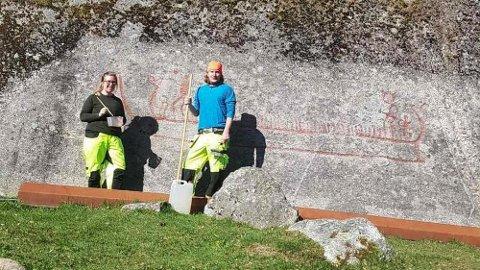 Kulturminner. Arkeologene Silje Haugsten Ellefsen og Arild Lunde Teigen vil vise hvordan unike kulturminner tas vare på. Dette bildet er fra et helleristningsfelt i Skjeberg.