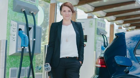 For mange står i ladekø langs norske veier, mener Christina Bu, generalsekretær i Norsk elbilforening (foto: Norsk elbilforening/Einar Aslaksen).