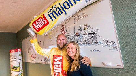 LYKKELIG: Med majonestuben over hodet og kona Marthe ved sin side, var det ingenting som kunne toppe dagen til Knut Einar da han besøkte Mills-fabrikken tirsdag.