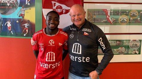 BLIR I FFK: Phillipe Koko med sportslig leder Per-Mathias Høgmo.