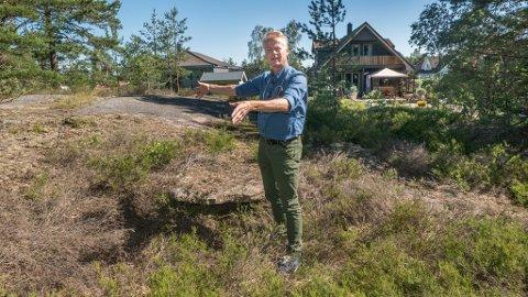 DYRT OG DÅRLIG: Her, midt inne i boligfeltet i Saltnes, vedtok kommunestyret i fjor å etablere et nytt vannreservoar. I juni bestemte de seg for å se på en alternativ plassering. Johan Edvard Grimstad (Sp) mener hele løsningen med basseng er feil, og vil legge ringledning i stedet.