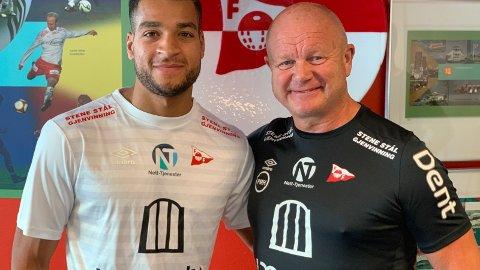 SCORER MYE: Riki Alba har scoret til sammen 46 mål på 37 kamper i 2., 3., og 4. divisjon i 2019. Nå har han skrevet to-årskontrakt med FFK. Her sammen med Per-Mathias Høgmo.