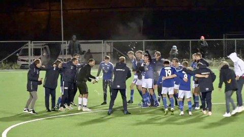 HERLIGE SCENER: Slik så det ut da Gresvik-guttene slapp jubelen løs etter kampslutt. Opprykket ble sikret med en solid 4-1-seier mot Sarpsborg FK 2.