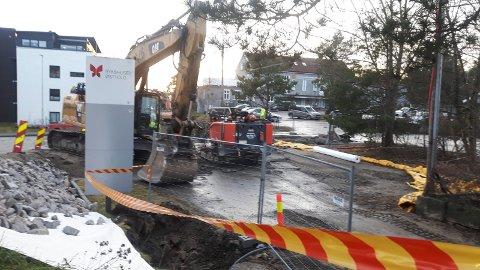 Maskinene på plass: Nå har rehabiliteringen av vann og avløp på Åsebråten nådd parkeringsplassen øverst i veien, og det vil bli færre parkeringsplasser. Kommunen ber bilistene om å bruke alternative steder.